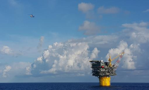 A helicopter departs a spar during crew change day at an oilfield in the Gulf of Mexico. (Source: Harris Hamdan/Shutterstock.com)