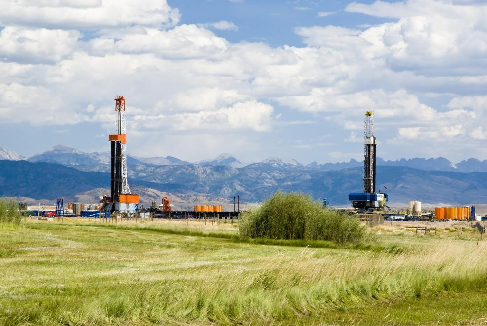 Drilling rigs run in Wyoming, home of the Powder River Basin. The basin is also located in Montana. (Source: Jim Parkin/Shutterstock.com)